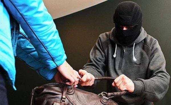 В Осташкове два подростка напали на пенсионерку
